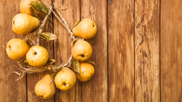 合板の壁に黄色の梨との静物