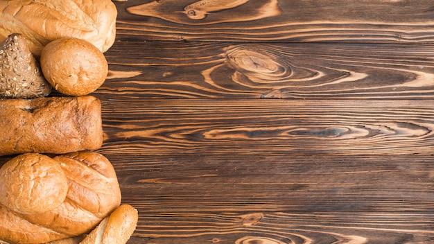 木製の背景においしい焼きたてのパン
