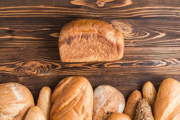 木製の背景に焼きたてのパンの高い角度のビュー