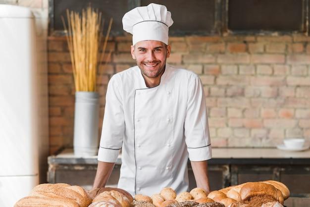 幸せな男性のパン屋の肖像