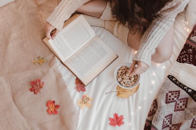 クロップレディスナックとベッドで本を読む