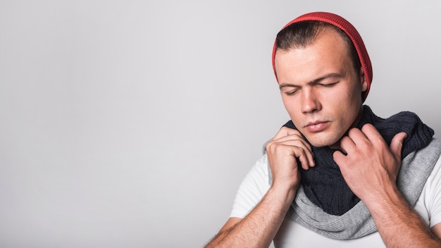 Панорамный вид человека с гриппом на сером фоне