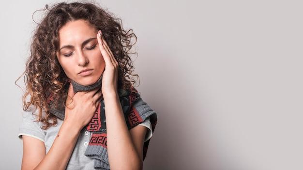 Женщина с холодом и гриппом на сером фоне