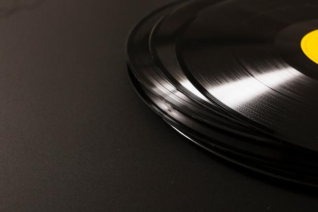 黒の背景にビニールレコードのスタック