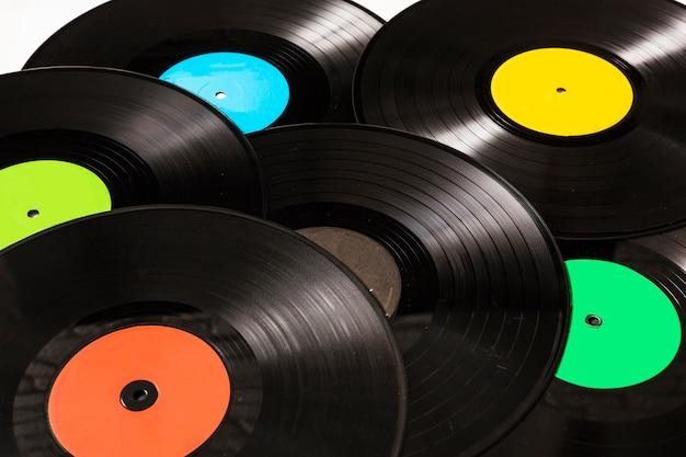 円形の黒いビニールのレコードのクローズアップ
