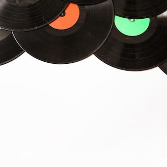 白い背景に黒いビニールのレコードで作られた上のボーダー