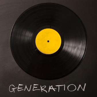 背景に黒いビニールのレコードを持つ世代のテキスト