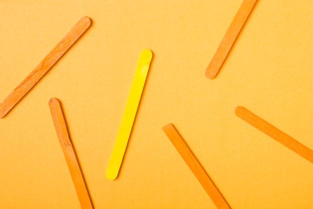 黄色とオレンジ色のアイスクリームは黄色の背景に付いています
