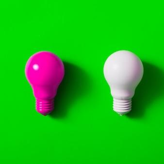 緑色の背景にピンクと白の電球
