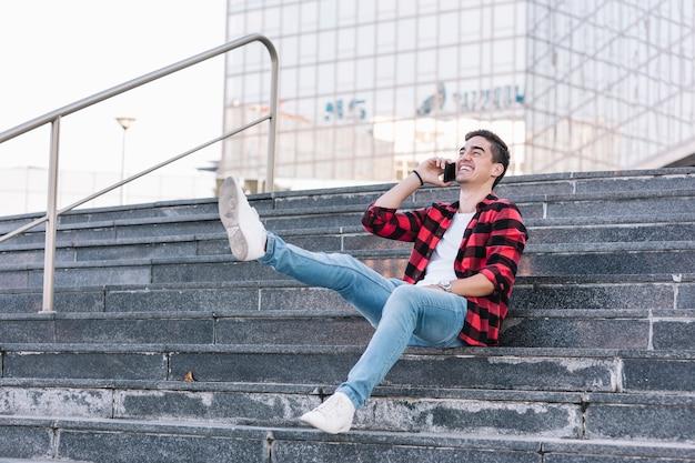 スマートフォンで話す優しい若い男