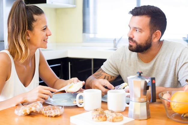 Пара, завтракающая дома