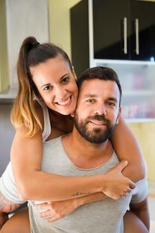 彼の幸せな妻との男の肖像