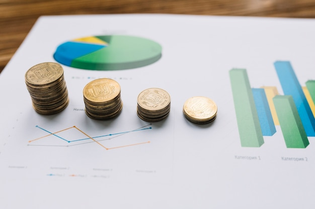 Крупный план сложенных монет на графике