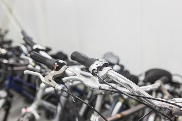 店での自転車のハンドルバーのクローズアップ