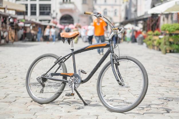 通りに駐車された自転車