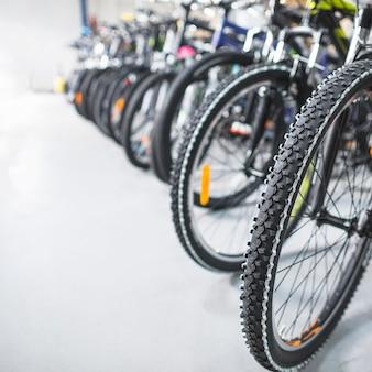 店での自転車タイヤのクローズアップ