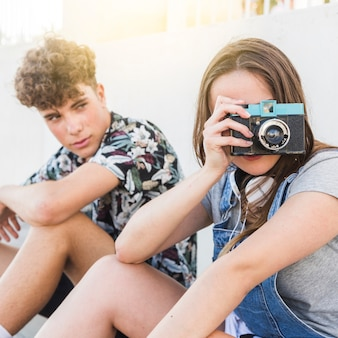 Мужчина, сидящий помимо женщины, с фотографией с камерой