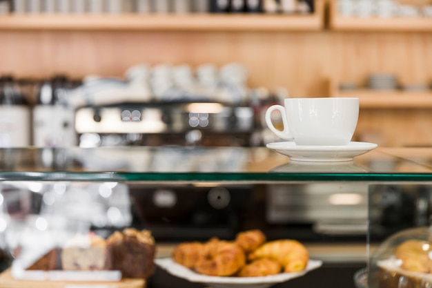 カフェショップのガラスキャビネット上のコーヒー