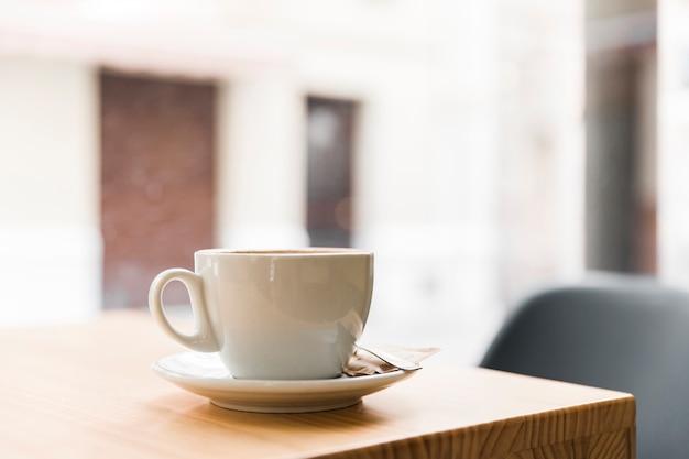 カフェショップの木製テーブル上のコーヒー