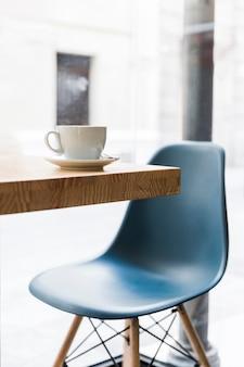 カフェショップの木製デスクに白いコーヒーカップ