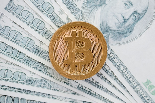 Накладные расходы на биткойны над долларовыми банкнотами