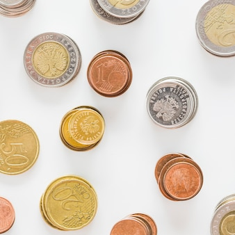 銀の俯瞰図。ゴールド;白い背景に銅のコイン