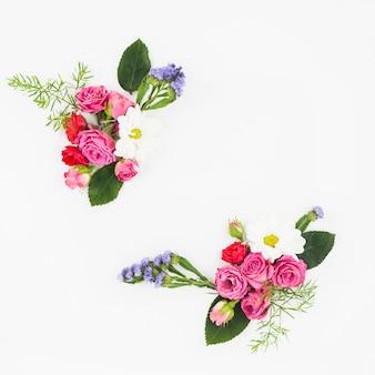 白い背景の角に花の花束