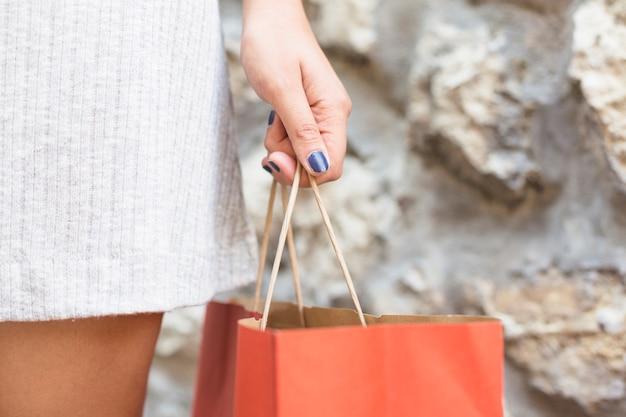 ショッピングバッグでポーズを取る現代女性