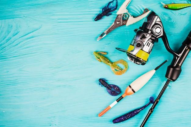 ターコイズブルーの背景にある様々な漁具の高い角度のビュー