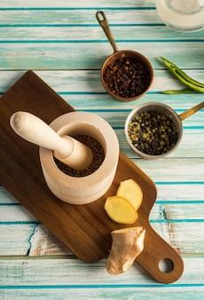 木製の乳鉢と乳棒の近くのスパイス