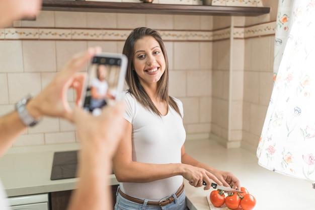 ガールフレンドを料理する匿名の男の写真