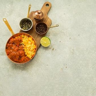 美味しい米料理の近くのライムとスパイス