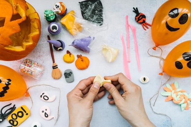 Подготовка к хэллоуину, делающему пластилиновые фигуры