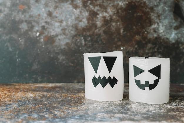 Свечи, украшенные в стиле хэллоуина, стоящие на боку