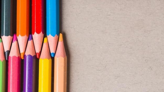明るい色の鉛筆のセット