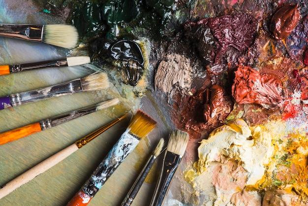 混合塗料の近くのブラシのセット