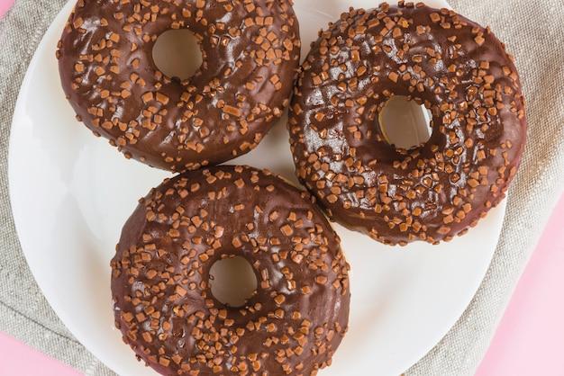 新鮮なおいしいチョコレートドーナツ、プレート