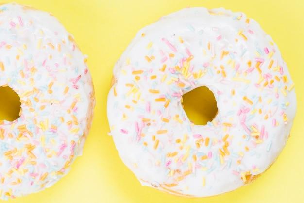 カラフルなスプリンクルと新鮮な砂糖のドーナツ