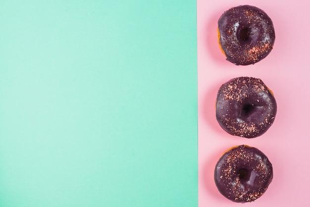 チョコレートは茶色のドーナツに飾られています