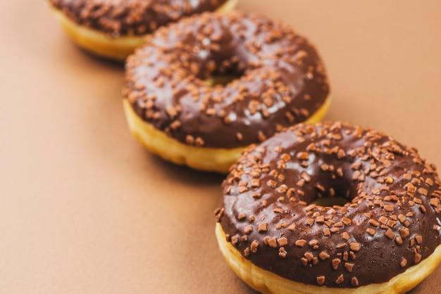 茶色の背景にダークチョコレート氷結ドーナツ
