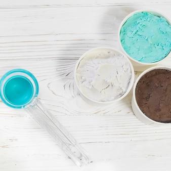 プラスチックスプーンの近くのナポリのアイスクリーム
