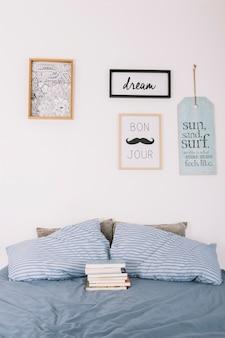 ベッドの上に横たわる本