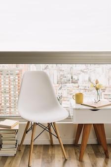 椅子とテーブルの近くの本