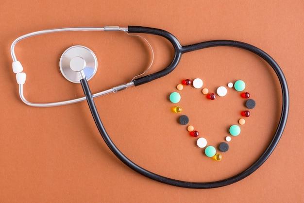 丸薬の周りの聴診器