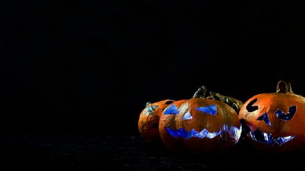ハロウィーンの手作りカボチャ、彫刻された顔の内側に照らされた