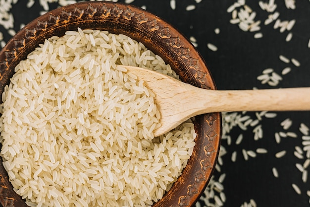 ボウルに米を入れたスプーン