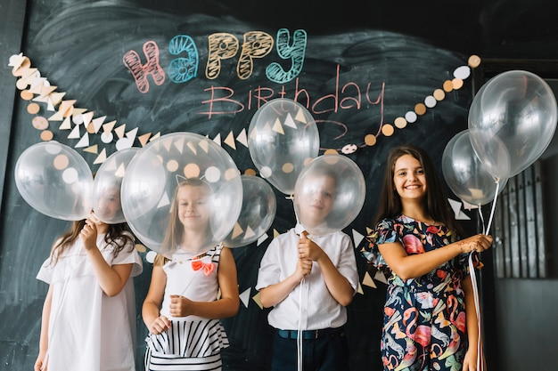 誕生日パーティーで風船を持つ子供たち