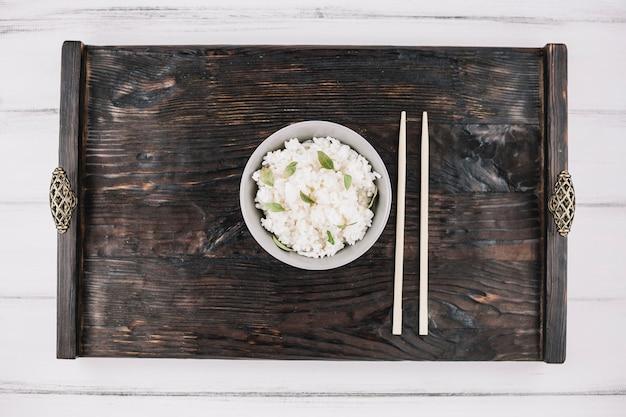 トレイ上の箸とお米