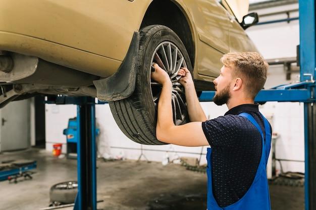 ショップでタイヤを修理している修理士