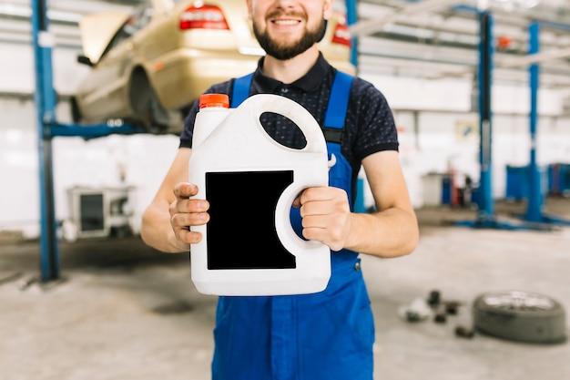 ガレージでオイルクランを持っている修理士